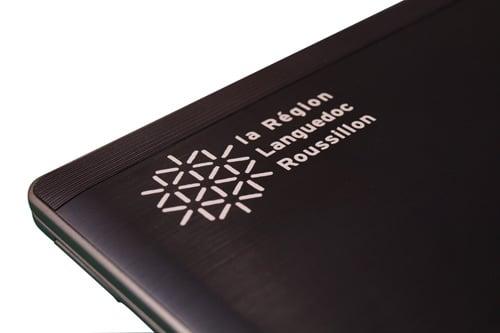 Zoom sur la gravure d'ordinateur avec un logo