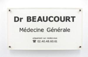 Photo de plaque professionnelle blanche pour médecin