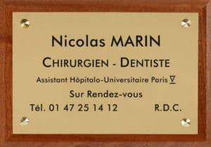 Exemple en image de plaque professionnelle en laiton avec socle bois
