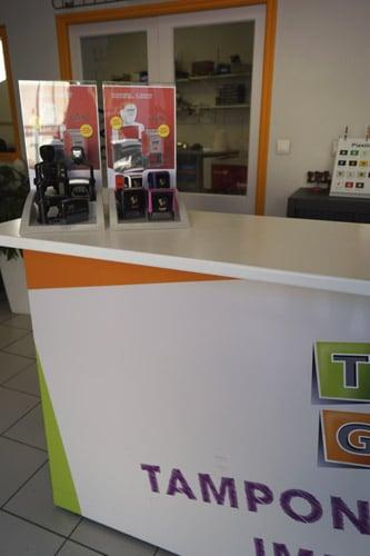 Photo de l'accueil de la boutique TGL avec les présentoirs à tampons encreurs