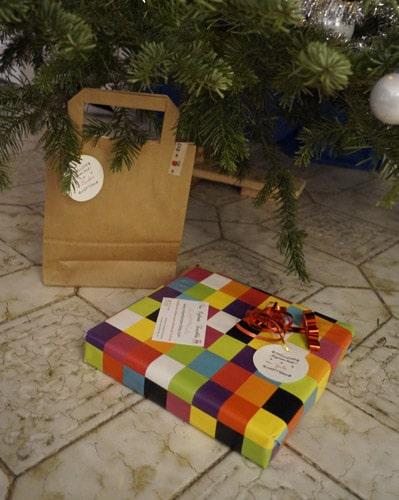 Photo des cadeaux de Noël avec paquets cadeau personnalisé