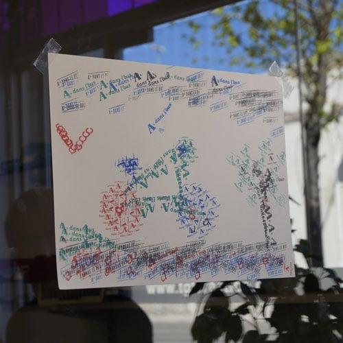 Dessin au tampon encreur : un vélo, des arbres et le soleil