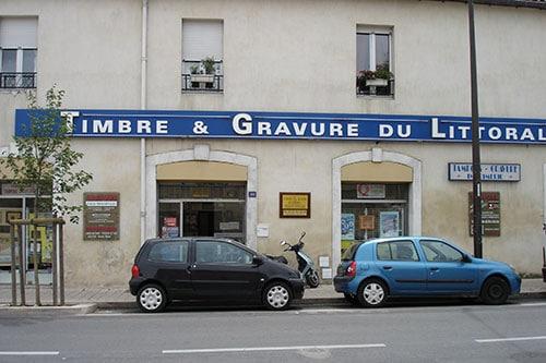 Photo du magasin et de l'enseigne Timbre et Gravure du Littoral prise en 2008
