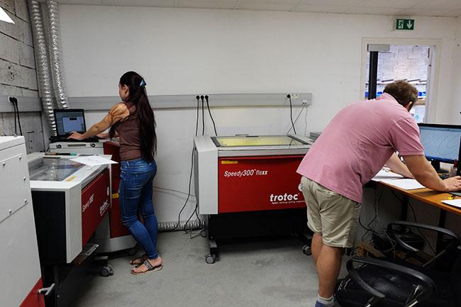 Equipe TGL Création en cours d'utilisation des machines lasers Speedy 100 et Speedy 300 Flexx