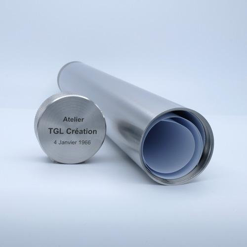 Photo d'un tube inox avec parchemin enroulé et bouchon gravé