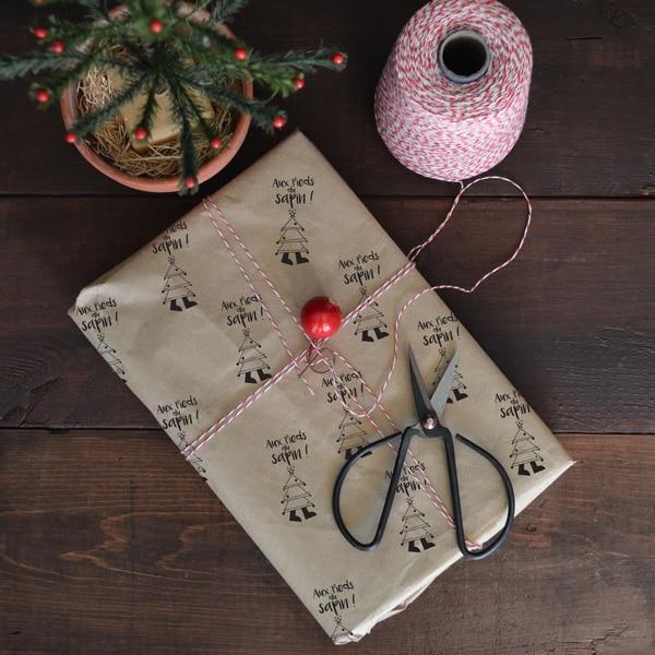 Papier cadeau décoré au tampon encreur Aux pieds du Sapin