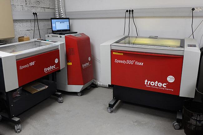 Atelier signalétique TGL Création : les machines à graver laser