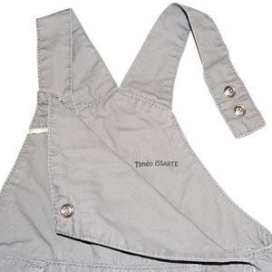 Exemple de tampon C-TAKI sur une salopette garçon grise