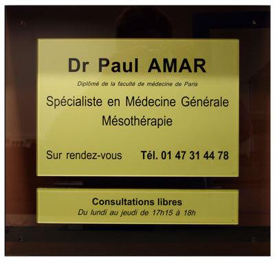 Exemple de plaque médicale en plexiglass sur socle plexi
