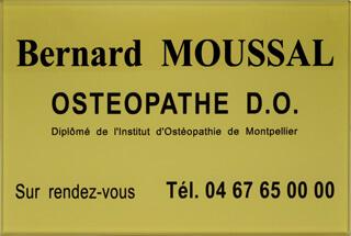 Exemple plaque ostéopathe D.O. en plexiglas or