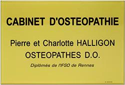 Photo de plaque professionnelle cabinet d'osteopathie en plexiglas or