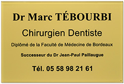Photo de plaque professionnelle pour dentiste en plexiglass or