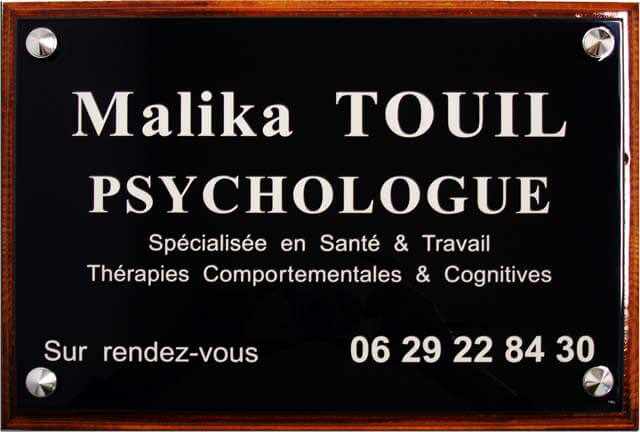 Plaque professionnelle psychologue en plexiglas noir avec socle bois